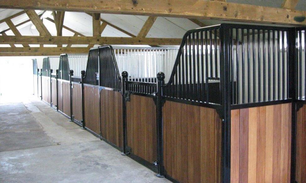 Luxe paardenboxen - voorwanden