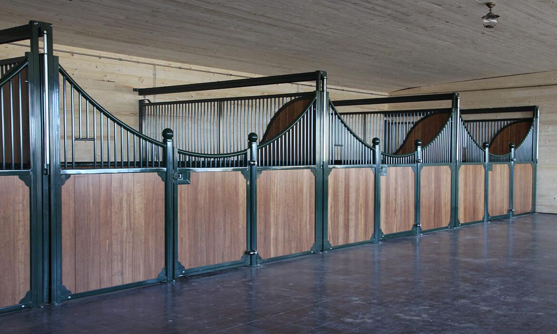 Luxus Pferdeboxen mit ausziehbaren Trennwänden