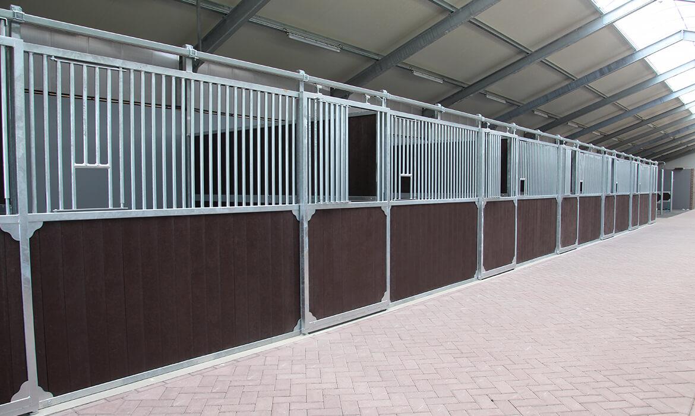 Komplette Stalleinrichtung mit Pferdeboxen